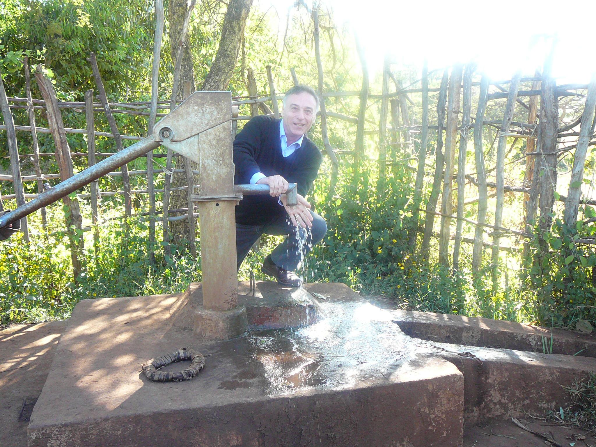 Giancarlo Berti sul pozzo in Etiopia