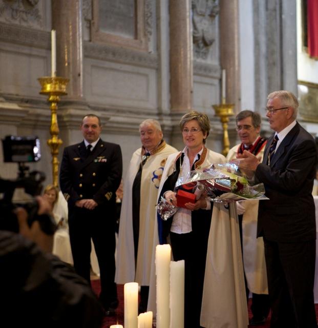 Rosanna riceve mantello ed il collare simboli dell'Ordine